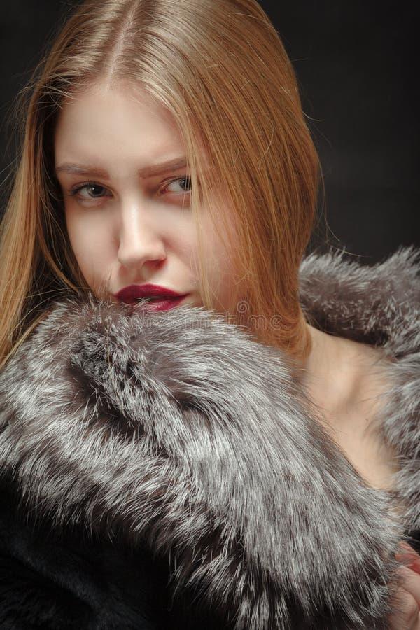 Mujer en piel fotografía de archivo libre de regalías