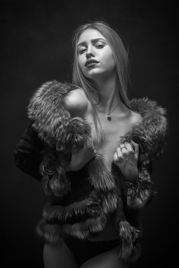 Mujer en piel foto de archivo