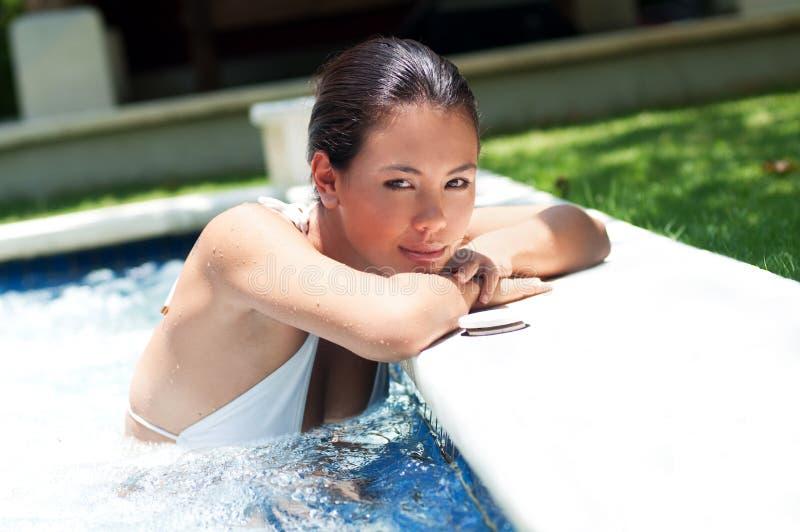 Mujer en piscina imágenes de archivo libres de regalías