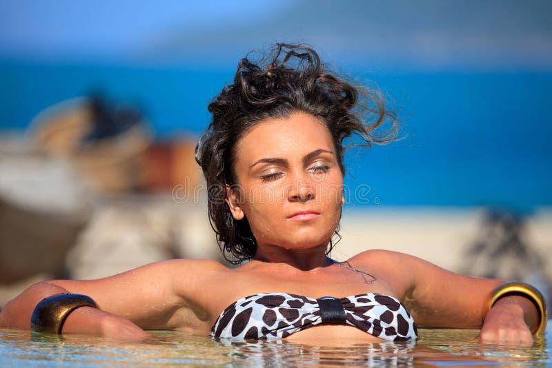 Mujer en piscina fotos de archivo