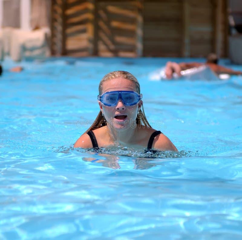 Mujer en piscina imagenes de archivo