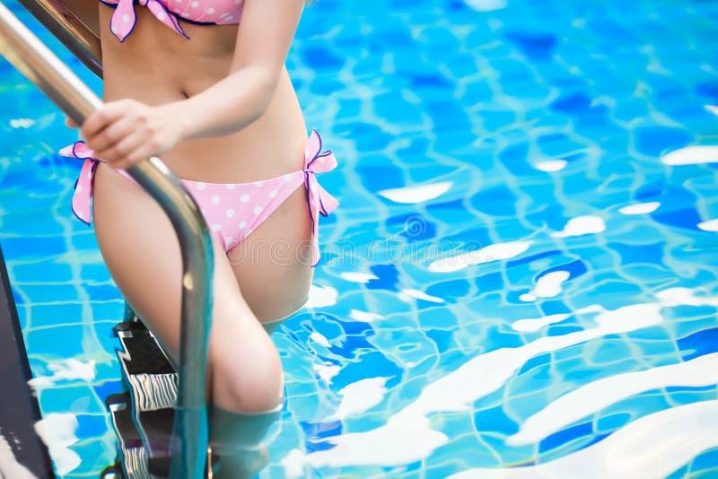Mujer en piscina el vacaciones de verano fotos de archivo