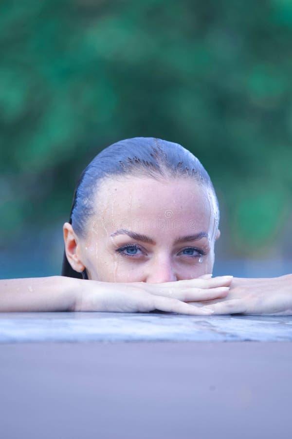 Mujer en piscina fotografía de archivo