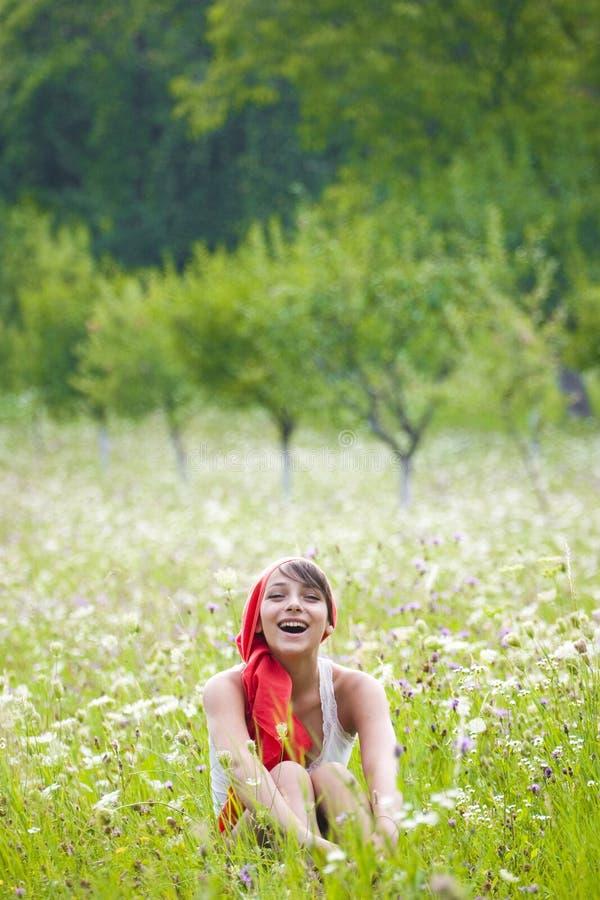 Mujer en prado del verano