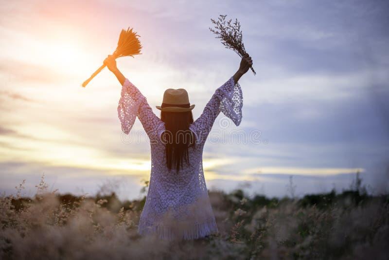 Mujer en prado viaje y puesta del sol imagen de archivo
