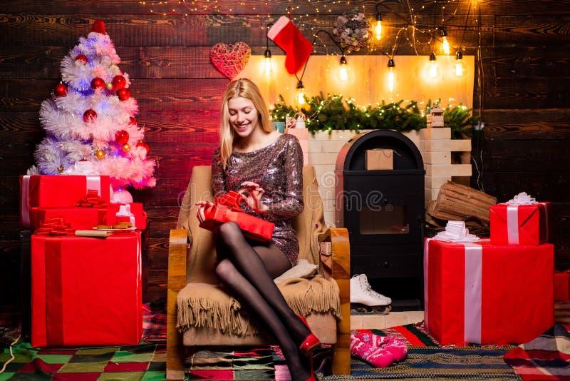 Mujer en presente rojo de la tenencia del sombrero de Pap? Noel Preparaci?n de la Navidad Muchacha de lujo que celebra A?o Nuevo  fotografía de archivo libre de regalías