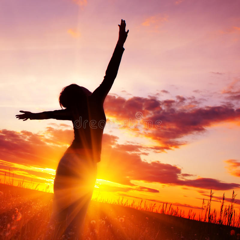 Mujer en puesta del sol foto de archivo