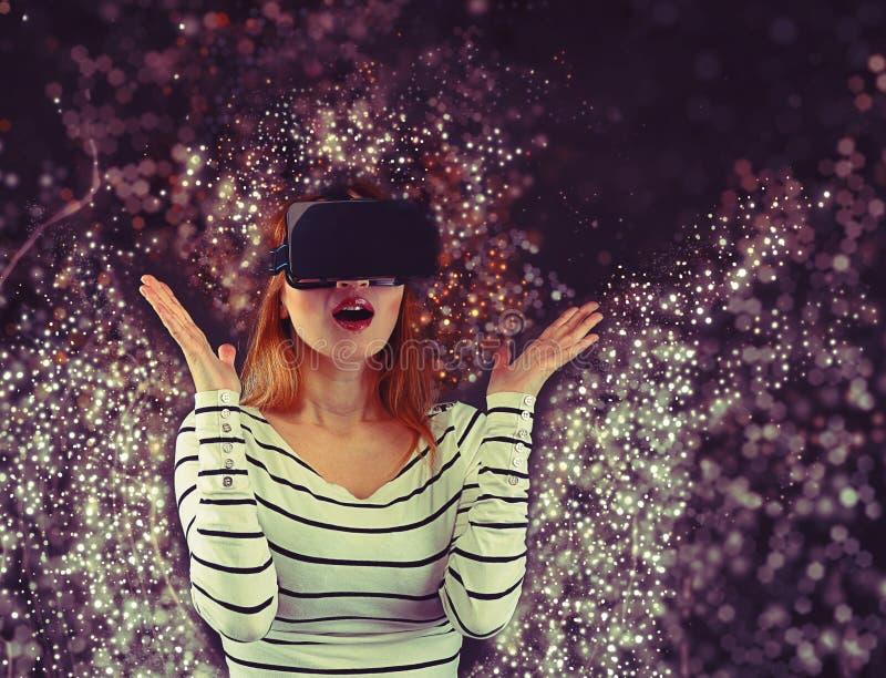 Mujer en realidad virtual foto de archivo