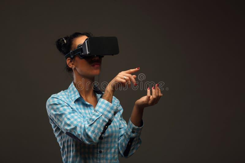Mujer en realidad virtual fotografía de archivo libre de regalías