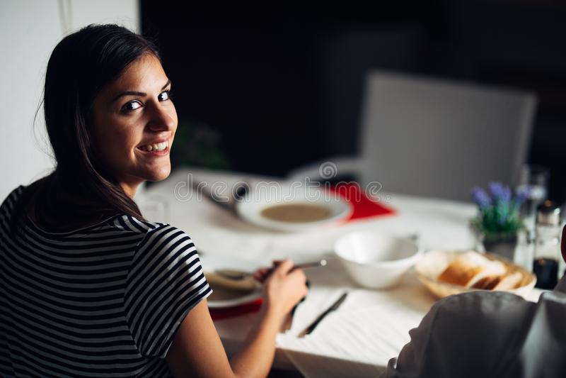 Mujer en restaurante que come la sopa vegetariana de la crema del vegano Gluten libre y comida de la dieta El caldo femenino del  fotos de archivo