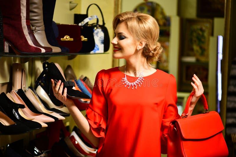 Mujer en rojo con la cara sonriente en alameda de compras imagen de archivo libre de regalías