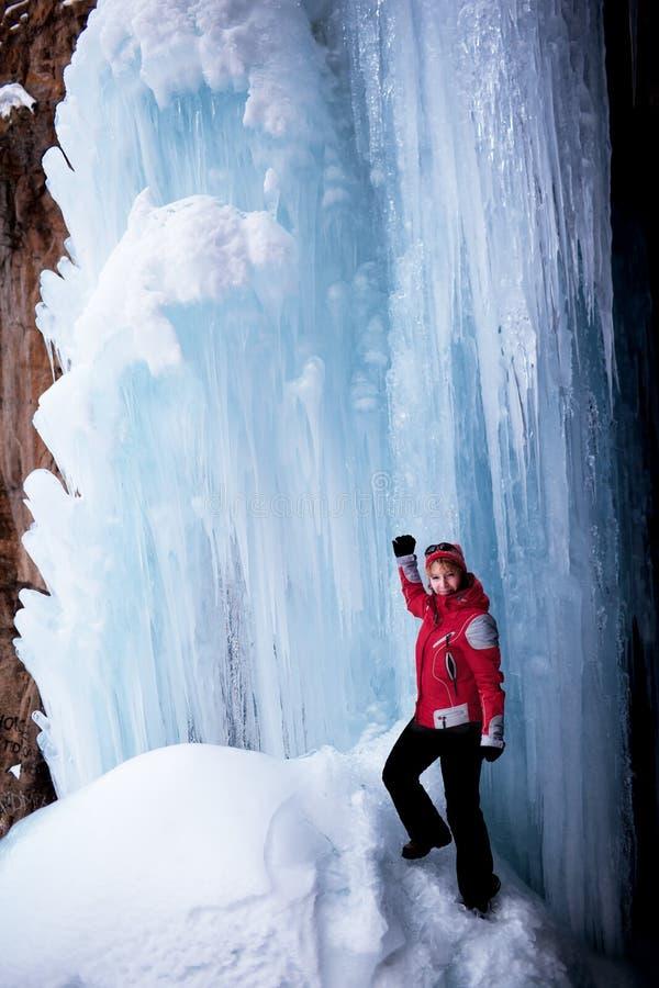 Mujer en rojo e icefall fotografía de archivo libre de regalías