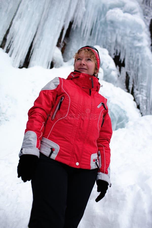 Mujer en rojo e icefall foto de archivo libre de regalías