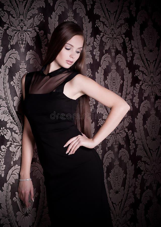 Mujer en ropa de la moda imagen de archivo