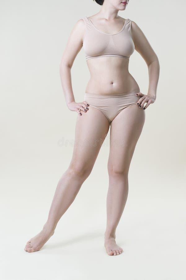 Mujer En Ropa Interior Beige En El Fondo Del Estudio, Celulitis En ...