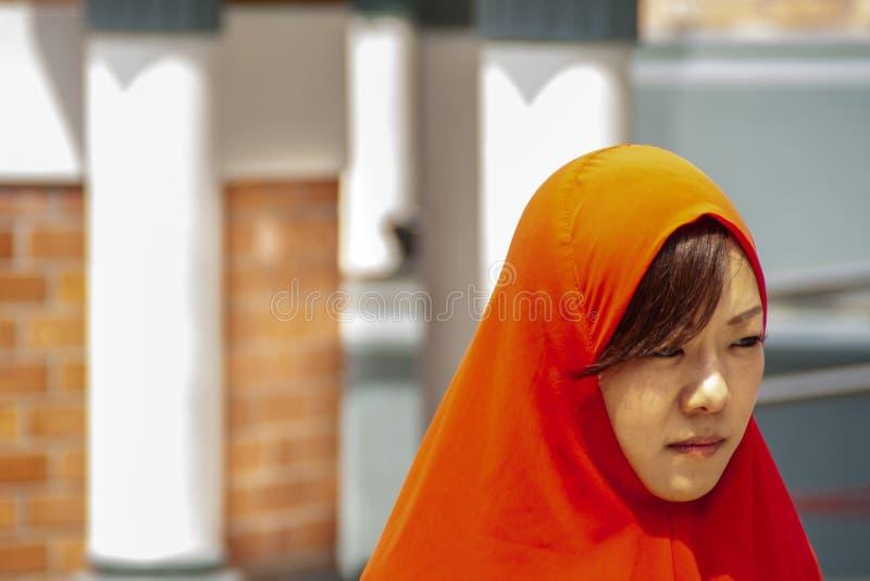 Mujer en ropa roja en Kuala Lumpur Mosque foto de archivo libre de regalías