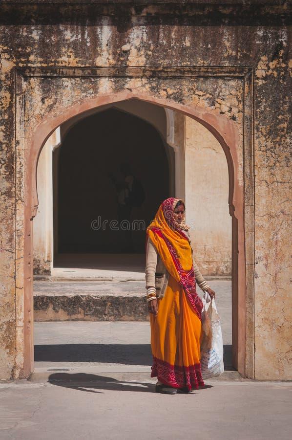 Mujer en ropa tradicional que camina en Amber Fort fotos de archivo