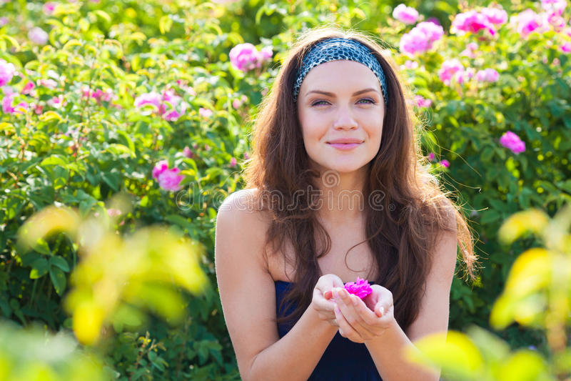 Mujer en rosaleda fotos de archivo libres de regalías