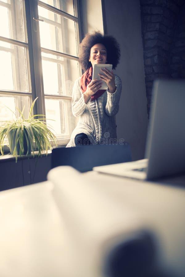 Mujer en rotura en oficina fotos de archivo libres de regalías