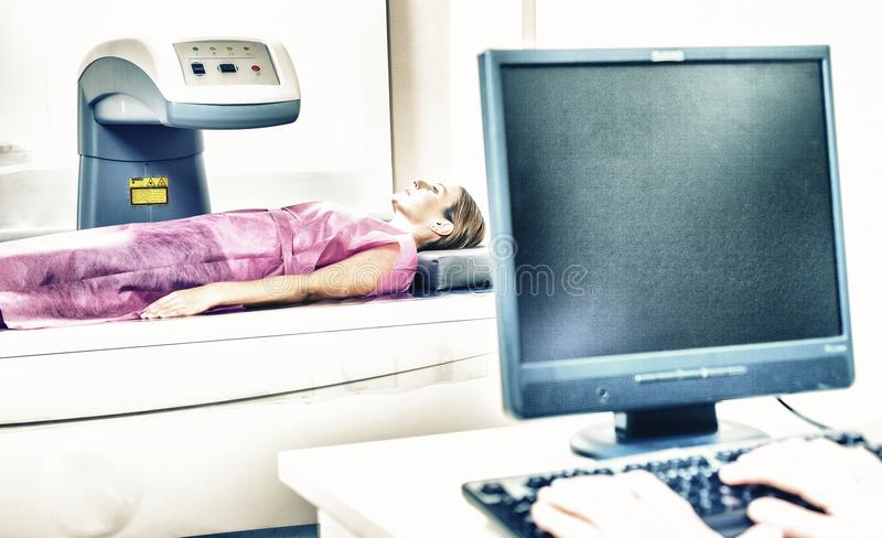 Mujer en 40s que experimenta la radiografía médica con el lookin mayor del doctor fotos de archivo