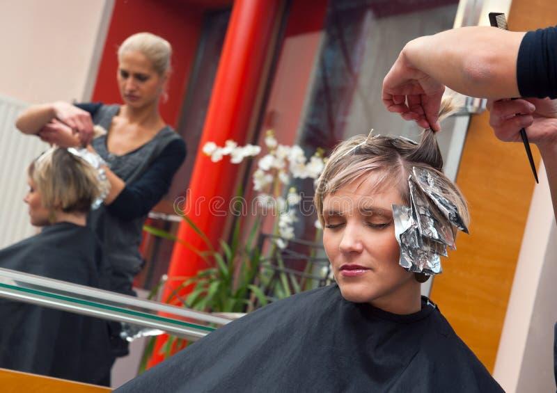 Mujer en salón de pelo foto de archivo