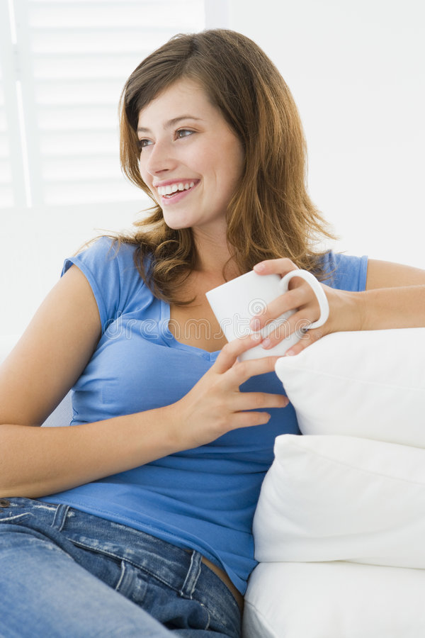 Mujer en sala de estar con café fotografía de archivo libre de regalías