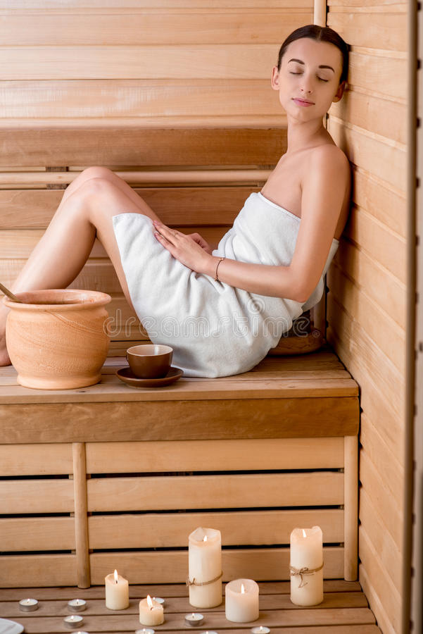 Mujer en sauna imagen de archivo