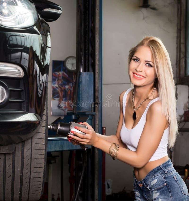 Mujer en servicio del coche fotografía de archivo libre de regalías