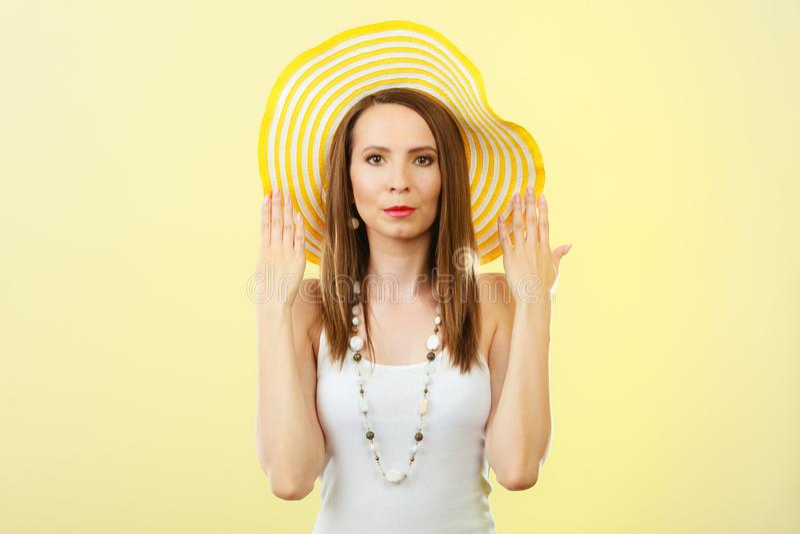 Mujer en sombrero amarillo grande del verano foto de archivo