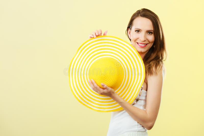 Mujer en sombrero amarillo grande del verano imagen de archivo