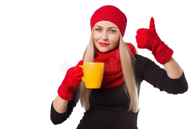 Mujer en sombrero con la taza y el pulgar para arriba fotografía de archivo