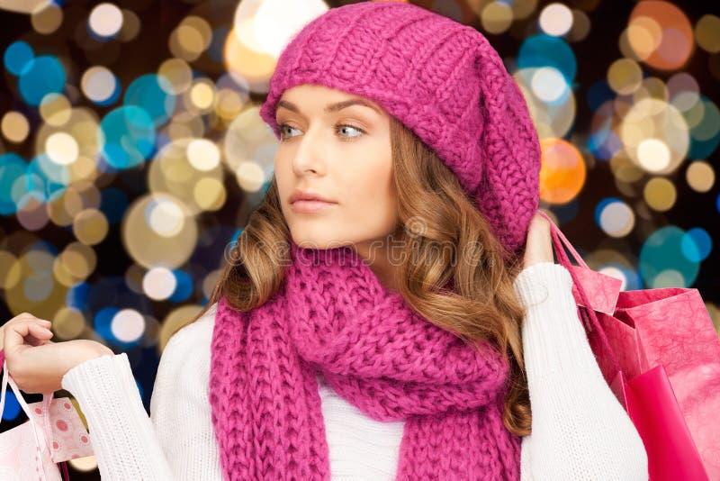 Mujer en sombrero del invierno con los panieres de la Navidad fotografía de archivo libre de regalías