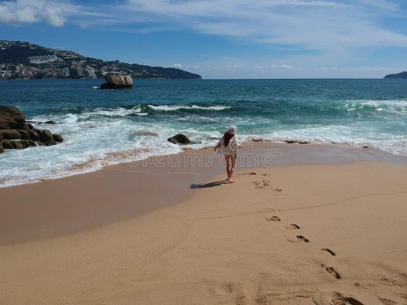 Mujer en sombrero en la playa tropical Acapulco, México fotografía de archivo