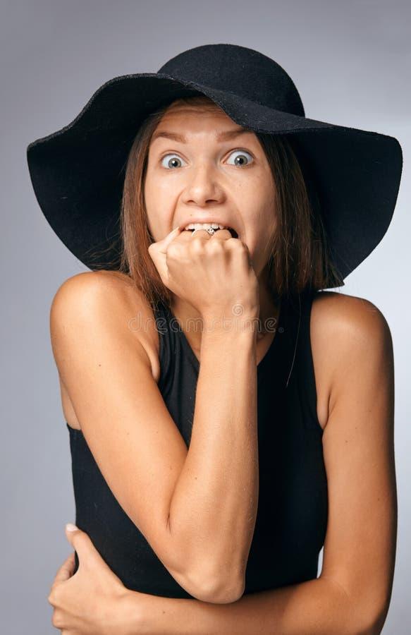 Mujer en sombrero Manera retra Fondo oscuro imagenes de archivo