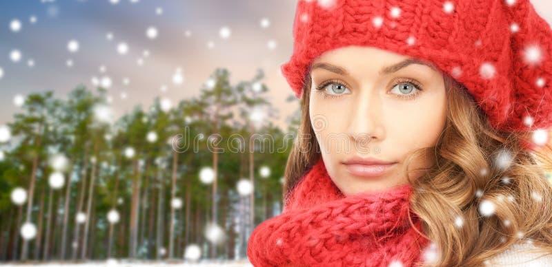 Mujer en sombrero y bufanda sobre bosque del invierno fotos de archivo libres de regalías