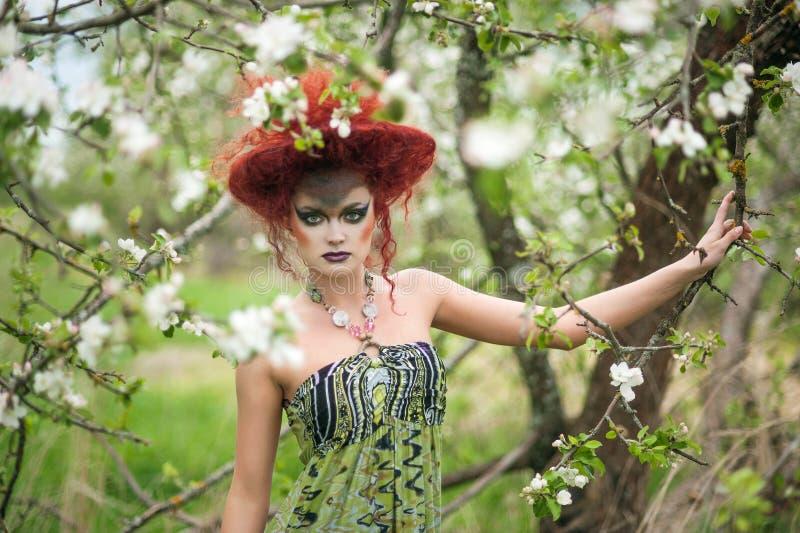Mujer en sombrero y vestido del diseño al aire libre imágenes de archivo libres de regalías