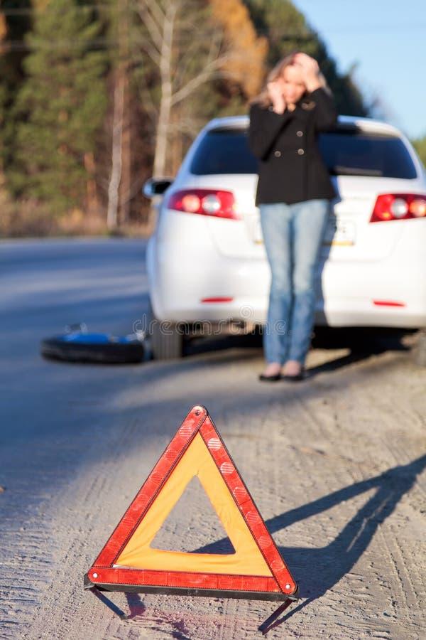 Mujer en su coche dañado que pide ayuda imagen de archivo libre de regalías