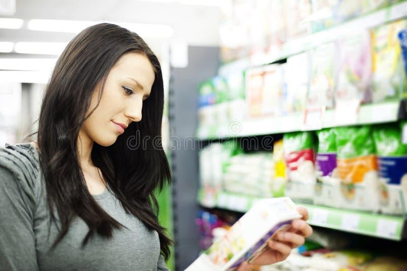 Mujer en supermercado imagen de archivo libre de regalías