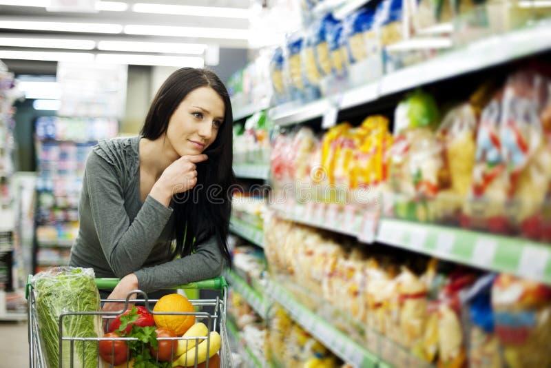 Mujer en supermercado imágenes de archivo libres de regalías