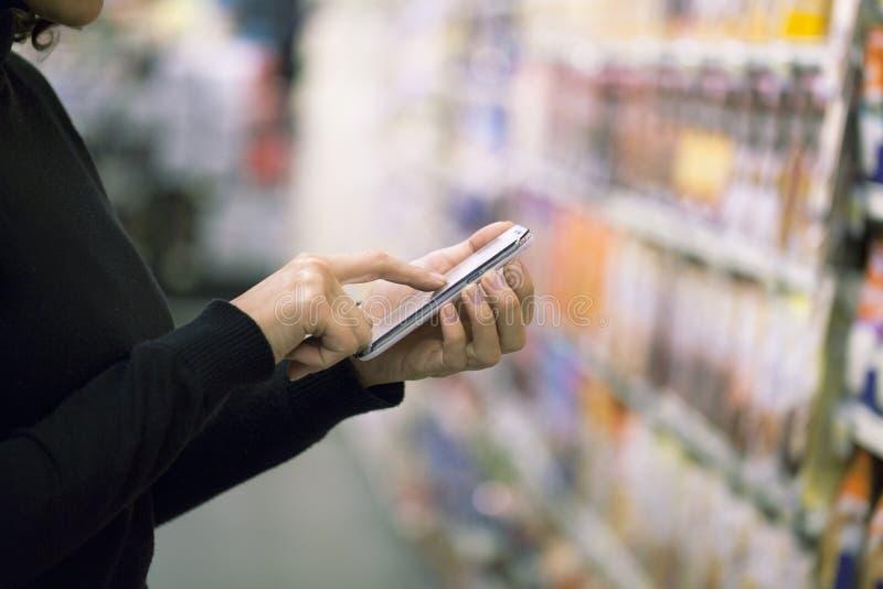 Mujer en supermercado fotografía de archivo libre de regalías