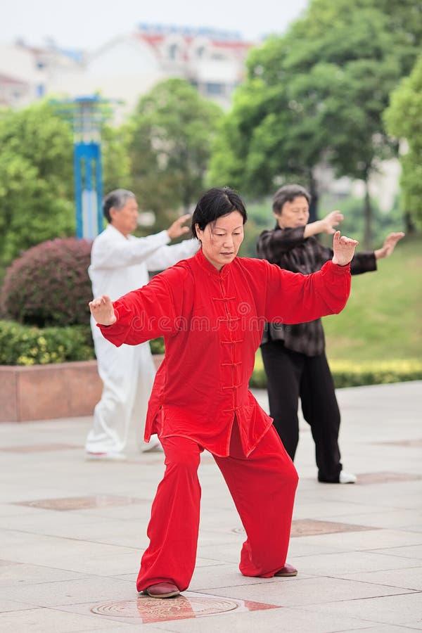 Mujer en Tai Chi practicante rojo, Yangzhou, China imagenes de archivo