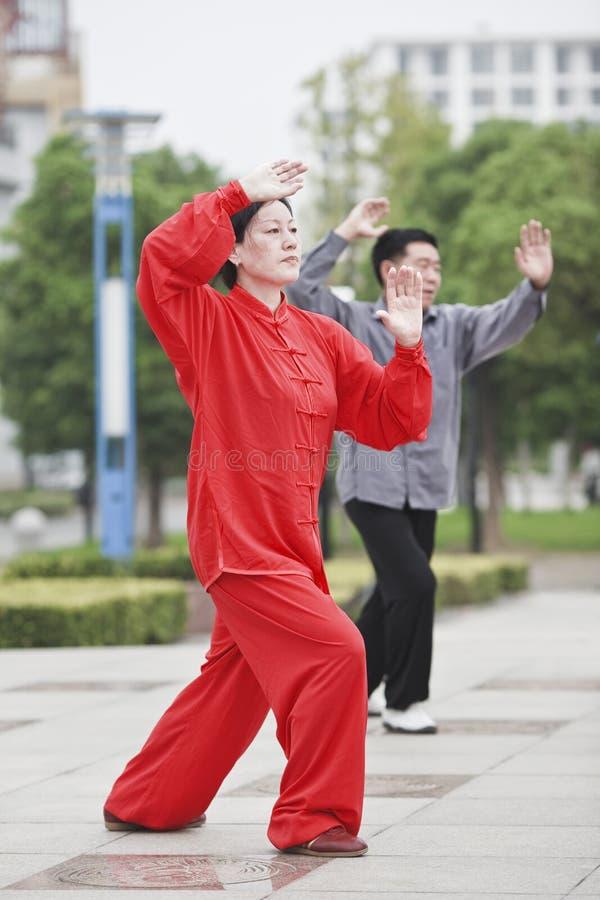 Mujer en Tai Chi practicante rojo, Yangzhou, China fotos de archivo
