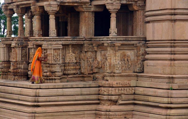 Mujer en templo fotografía de archivo libre de regalías
