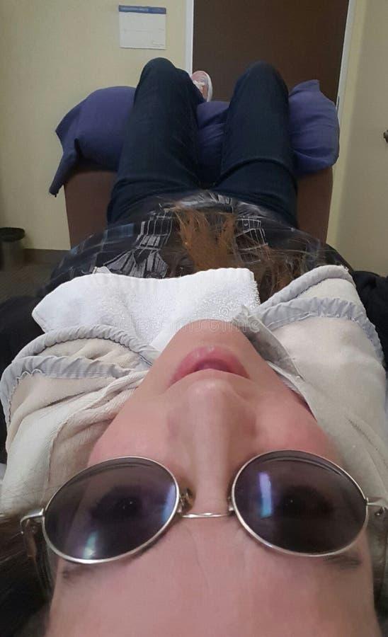 mujer en terapia física fotos de archivo