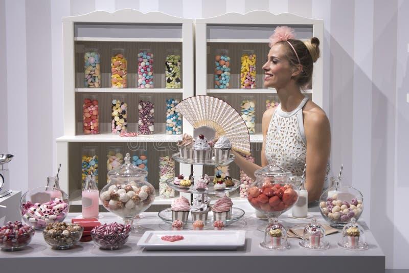 Mujer en tienda del caramelo imagenes de archivo