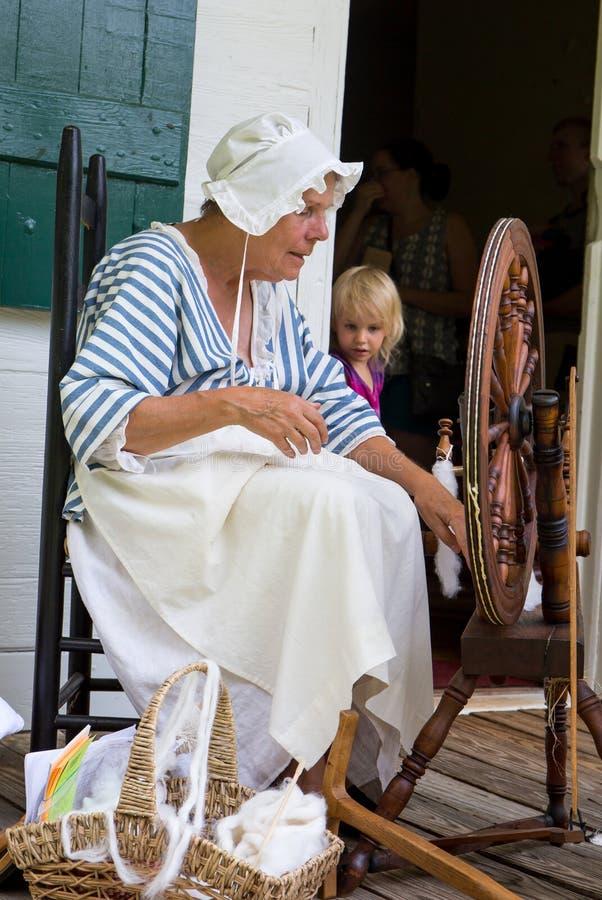 Mujer en traje colonial imagen de archivo libre de regalías