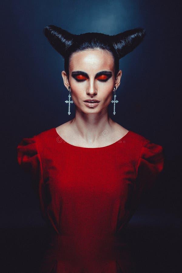 Mujer en traje del carnaval. forma de la bruja con los cuernos. imagen de archivo