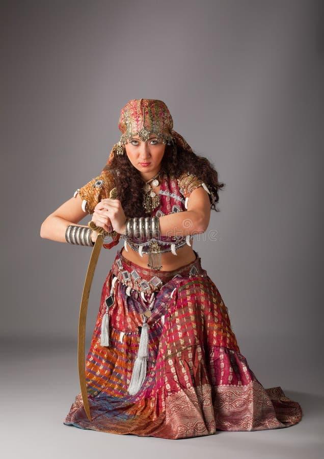 Mujer en traje indio tradicional con el sable imagenes de archivo