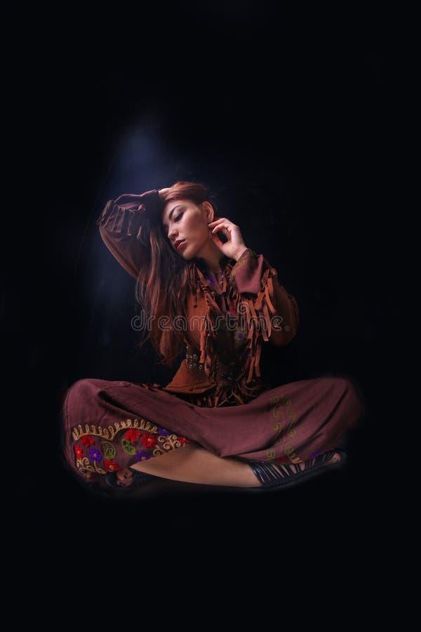 Mujer en traje tradicional del indio americano imagenes de archivo