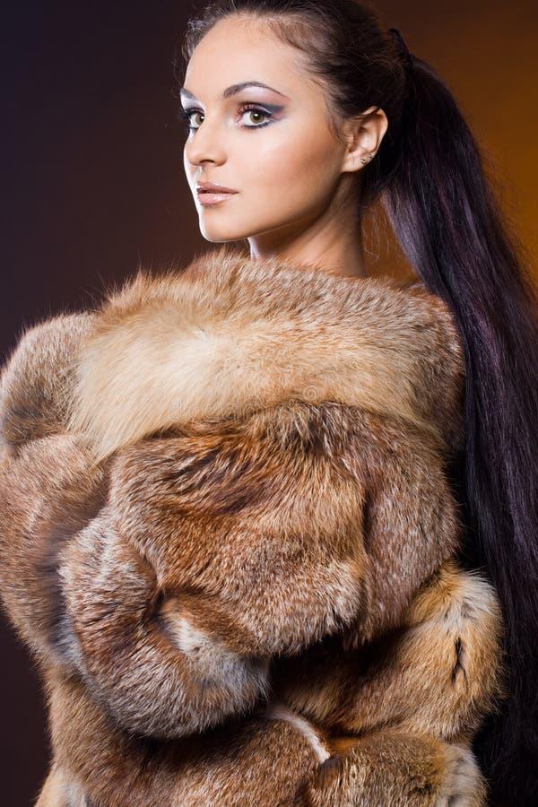 Mujer en un abrigo de pieles foto de archivo libre de regalías